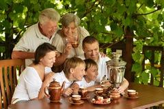 Familie het drinken thee Stock Afbeeldingen