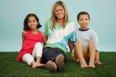 Familie in het Gras Stock Afbeeldingen