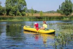 Familie het kayaking op de rivier Weinig jongen met zijn mothe stock afbeelding
