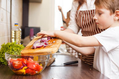 Familie het koken Mum en kinderen in de keuken royalty-vrije stock foto's