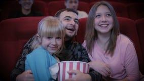 Familie het letten op film in bioskoop stock footage