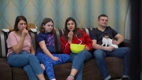 Familie het Letten op Film op TV en het Eten van Popcorn stock videobeelden