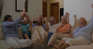 Familie het letten op sportevenement over TV en gelukkig met overwinning stock video