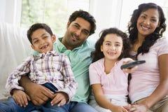 Familie het letten op televisie de van het Middenoosten stock afbeelding
