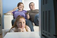 Familie het Letten op Televisie samen royalty-vrije stock foto