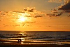 Familie het letten op zonsopgang Royalty-vrije Stock Afbeeldingen
