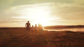 Familie het Lopen de Reisvakantie van de Strandzonsondergang stock footage