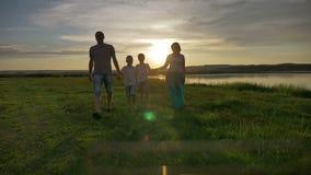 Familie het Lopen de Reisvakantie van de Strandzonsondergang stock video