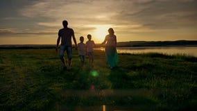Familie het Lopen de Reisvakantie van de Strandzonsondergang stock videobeelden