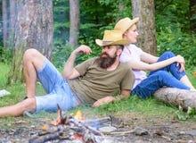 Familie het ontspannen dichtbij vuur na dag van paddestoel de jacht Familietradities Familieactiviteit voor de zomervakantie binn stock foto's