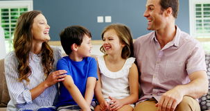 Familie het ontspannen op bank in woonkamer stock footage