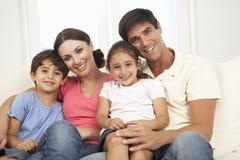 Familie het Ontspannen op Sofa At Home Together Royalty-vrije Stock Foto's