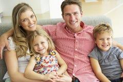 Familie het Ontspannen op Sofa Together Royalty-vrije Stock Afbeeldingen