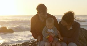 Familie het ontspannen in het strand 4k stock video