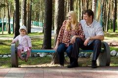 Familie in het park. royalty-vrije stock fotografie