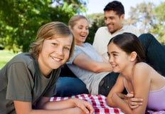 Familie in het park Royalty-vrije Stock Afbeeldingen