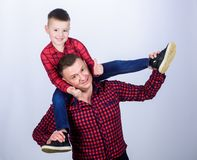 Familie het plakken Kinderjaren parenting Gelukkige Familie r Dit is dossier van EPS10-formaat Weinig jongen met royalty-vrije stock afbeeldingen