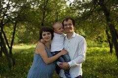 Familie Het portret van de familie Het jonge gelukkige familie openlucht lopen Zwanger vrouw, echtgenoot en Kind - gelukkige Fami royalty-vrije stock foto