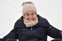 Familie het sledding in de winter op de sneeuw royalty-vrije stock foto