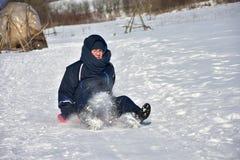Familie het sledding in de winter op de sneeuw stock fotografie