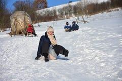 Familie het sledding in de winter op de sneeuw royalty-vrije stock foto's