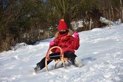 Familie het sledding in de winter op de sneeuw stock foto's