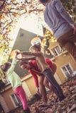 Familie het spelen bij voorzijde van achtertuin In beweging royalty-vrije stock fotografie