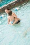 Familie het spelen in de pool Stock Afbeeldingen