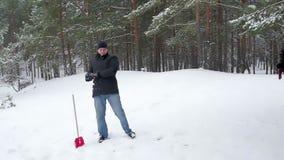 Familie het spelen door sneeuwballen in de winter te werpen stock footage