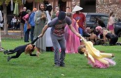 Familie het spelen in een park Stock Foto