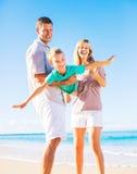 Familie het spelen op het strand Stock Fotografie