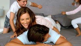 Familie het spelen samen in slaapkamer stock video