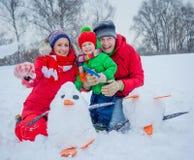 Familie het spelen sneeuw stock afbeelding