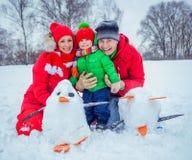 Familie het spelen sneeuw royalty-vrije stock foto's