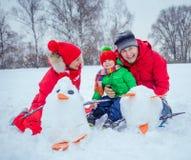 Familie het spelen sneeuw stock foto