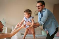 Familie het spelen thuis met hun kleine baby Stock Afbeelding