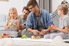 Familie het spelen in woonkamer Royalty-vrije Stock Afbeeldingen