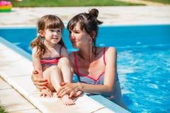 Familie het spelen in zwembad. royalty-vrije stock afbeelding