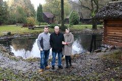 Familie het stellen op achtergrond van vijver royalty-vrije stock fotografie
