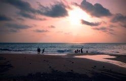 Familie in het strand van Sri Lanka stock afbeeldingen