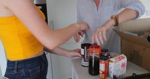 Familie het Uitpakken in Hun Nieuw Huis stock video
