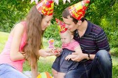 Familie het vieren eerste verjaardag van hun geliefde dochter Stock Foto's