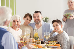 Familie het vieren grootouder` s dag royalty-vrije stock afbeelding