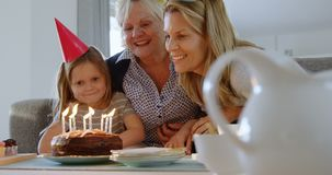 Familie het vieren verjaardag de van meerdere generaties op bank 4k stock video