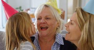 Familie het vieren verjaardag de van meerdere generaties in woonkamer 4k stock footage