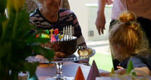 Familie het vieren verjaardag de van meerdere generaties in woonkamer thuis 4k stock videobeelden