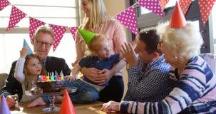 Familie het vieren verjaardag in woonkamer 4k stock videobeelden