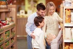 Familie het winkelen stock afbeelding