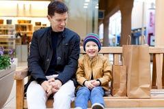 Familie het winkelen Stock Foto