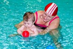 Familie in het zwembad Royalty-vrije Stock Afbeeldingen